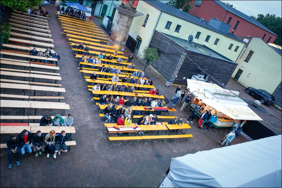 verregnetes-public-viewing-em-2016-peoplefotografie-sportfotografie-reportagefotografie-osnabrueck-people-sport-reportage-02