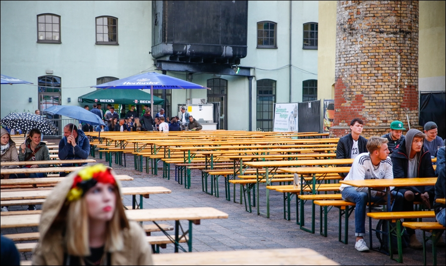 verregnetes-public-viewing-em-2016-peoplefotografie-sportfotografie-reportagefotografie-osnabrueck-people-sport-reportage-03