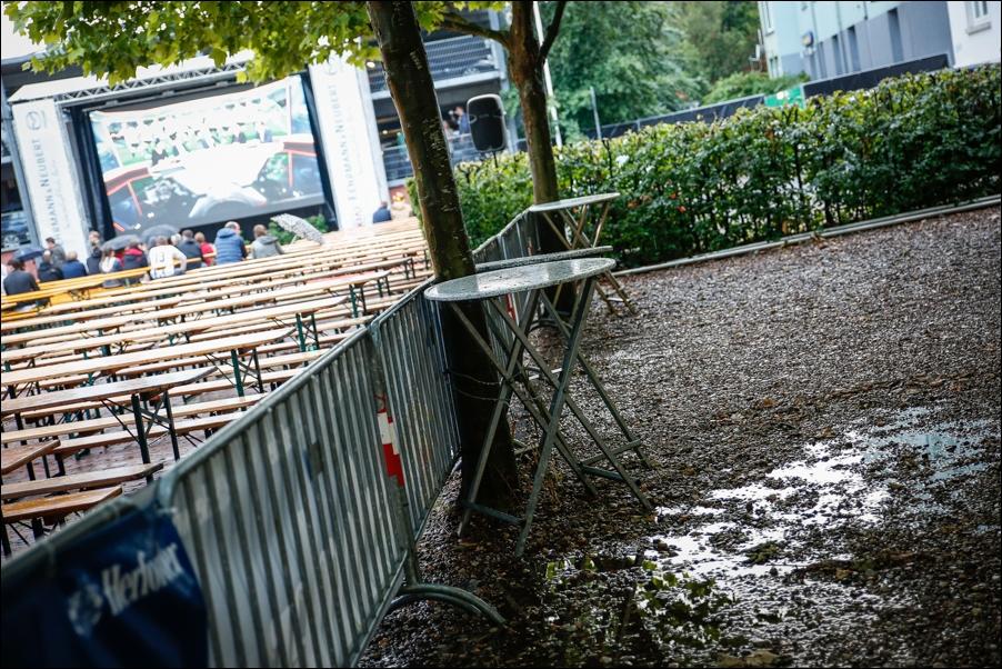 verregnetes-public-viewing-em-2016-peoplefotografie-sportfotografie-reportagefotografie-osnabrueck-people-sport-reportage-07